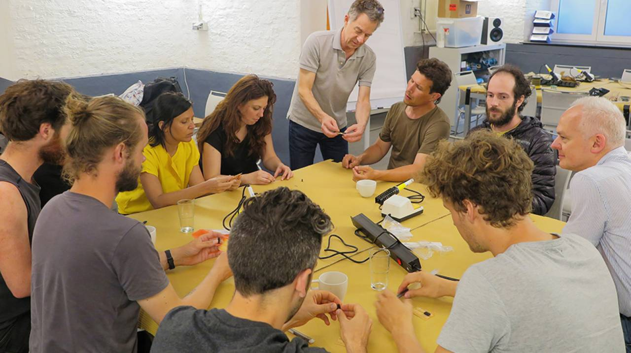 Hardware hacking workshop met Nicolas Collins