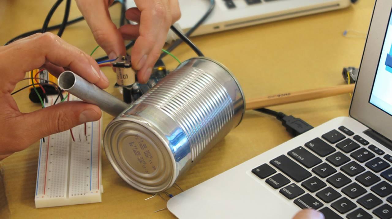 Geluid maken door het gebruik van alledaagse objecten tijdens een Arduino workshop