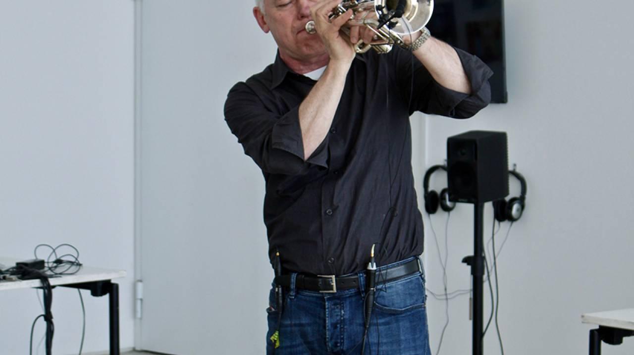 Jonathan Impett met zijn metatrompet tijdens een performance
